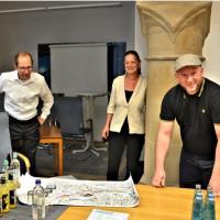 Stadtrat Nikolaus Gradl, Claudia Tausend MdB und Stadtrat Andreas Schuster sehen sich die Planungsunterlagen an. (Archivbild vor Corona)